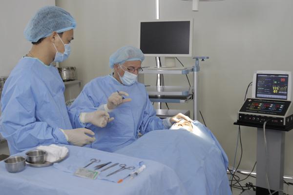 Sau phẫu thuật cắt mí mắt có cần nghỉ dưỡng lâu không?