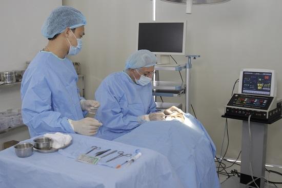 Phẫu thuật lấy mỡ mí mắt có đau không?
