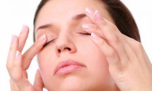 Chữa sụp mí mắt bằng phương pháp bấm huyệt