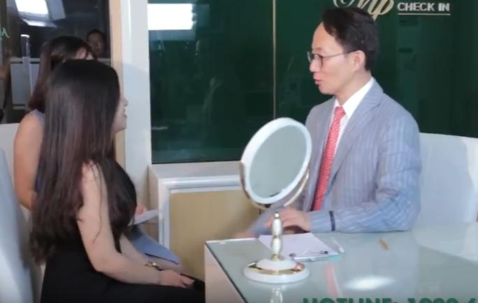 Bác sĩ Hàn tư vấn cho khách hàng