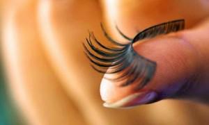 Mí mắt sụp do gắn lông mi giả – Giờ phải làm sao?